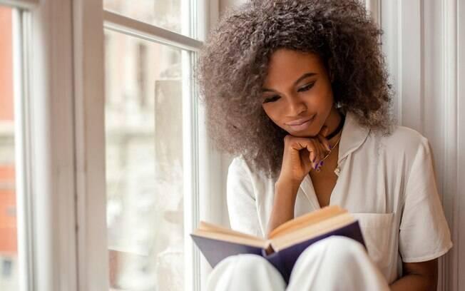 Quer saber como desenvolver o autoconhecimento? Alimente a sua mente com conteúdos sobre o tema