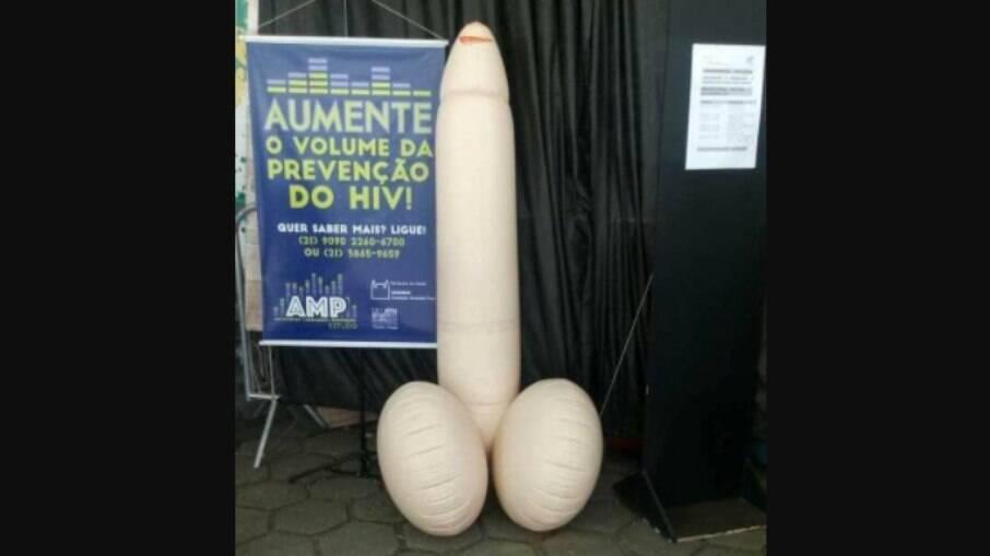 Pênis inflável na porta da Fiocruz
