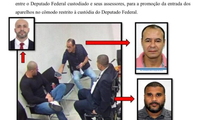 Relatório mostra assessores entregando celular a Daniel Silveira