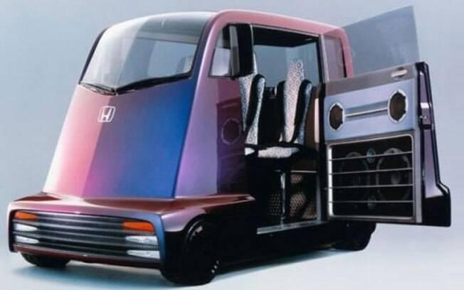Algum baladeiro da Honda achou que seria legal criar um carro em que os passageiros pudessem dançar enquanto dirigem.