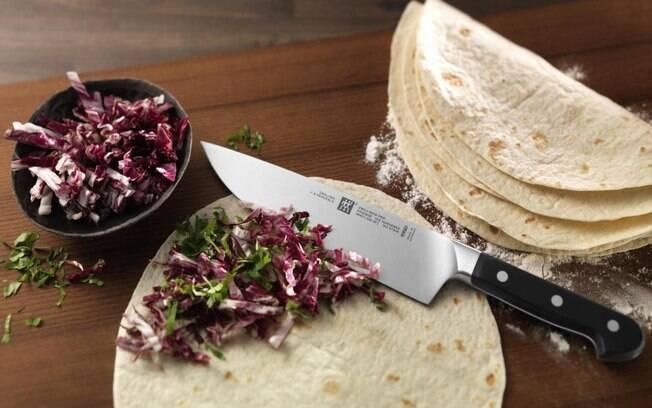 A faca do chef, também conhecida como faca de cozinha, é uma das mais versáteis