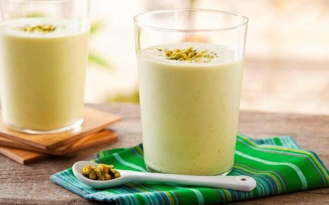 Foto da receita Bebida gelada de iogurte com mel e pistaches pronta.