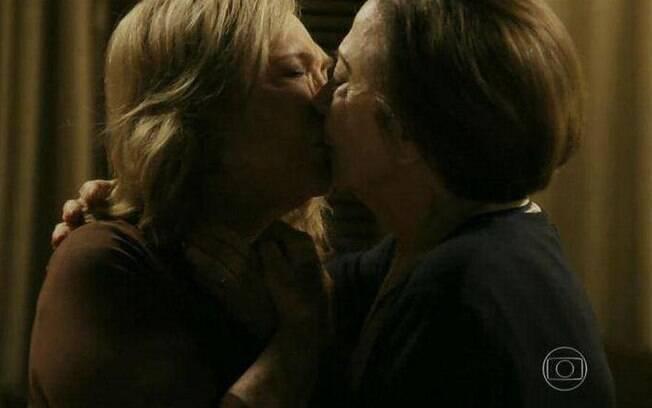 Beijo lésbico entre Teresa e Estela em