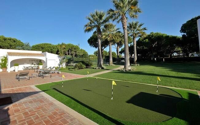 Mansão tem área de lazer com campo de golfe, de futebol e quadra de tênis