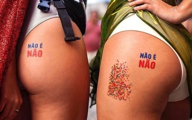 Duas bundas com tatuagem escrita