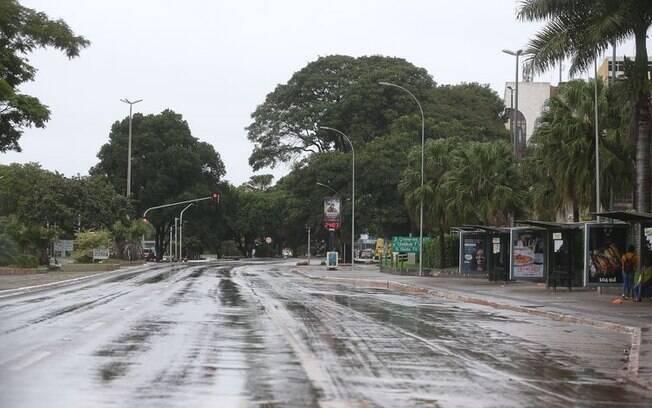 Avenida em Brasília com pouco movimento após medidas de isolamento
