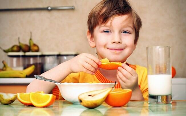 Respeitar a rotina e dar o nome certo a cada alimento são atitudes práticas para a criança comer bem