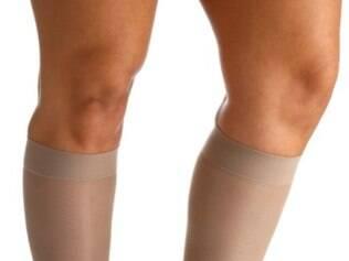 Uso de meias de compressão anti trombose é uma das formas de prevenção.