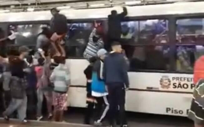 Tumulto em ônibus lotado foi registrado na madrugada deste domingo, no Terminal Pinheiros