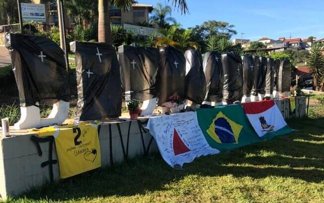 Em um ato de protesto e de luto, o letreiro da cidade de Brumadinho amanheceu coberto por sacos de lixo, logo após tragédia