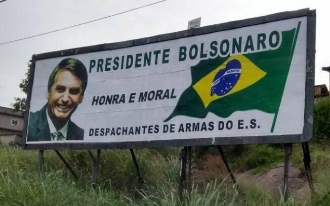 Outdoor em apoio a Jair Bolsonaro foi vandalizado no Espírito Santo; coligação de Haddad contesta propagandas