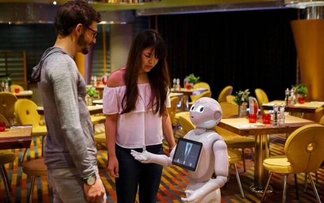 O robô Pepper chama atenção nos navios da Costa Cruzeiros, pois ele consegue interagir e passar muitas informações