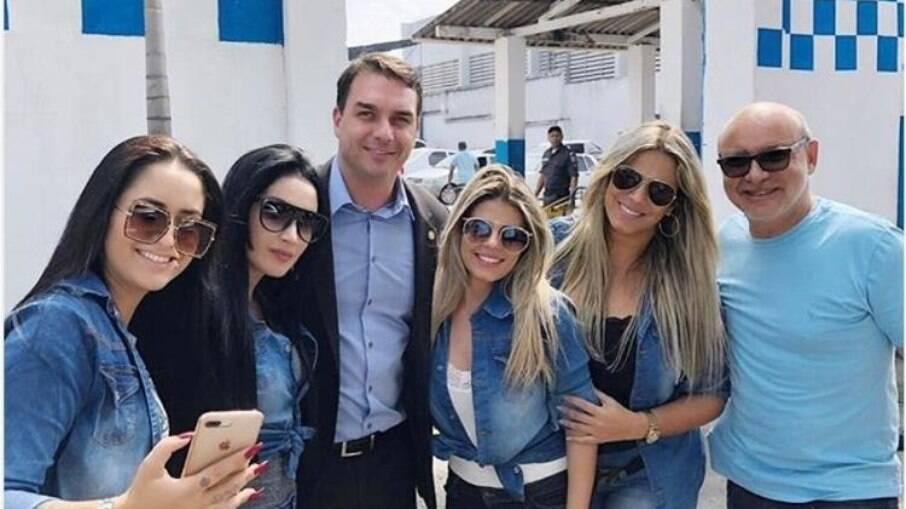 Quarteto de cabos eleitorais ao lado de Flávio Bolsonaro e Fabrício Queiroz