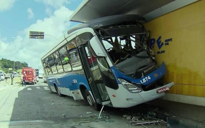 Acidente danificou o BRT e a estação, que teve o funcionamento interrompido