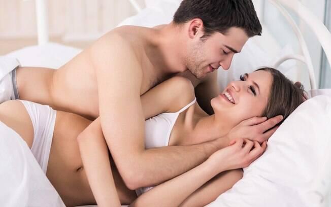 Experimentar uma posição sexual diferente da habitual é uma boa forma de inovar no sexo e apimentar a relação