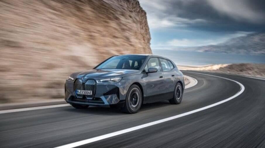 BMW iX tem motor elétrico de tração integral e potência entre 326 e 523 cv, dependendo da versão