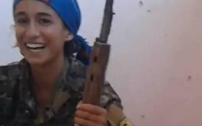 Jornalista diz que 'mulheres curdas não sentem medo' e essa combatente confirma sua teoria; confira sua reação no vídeo