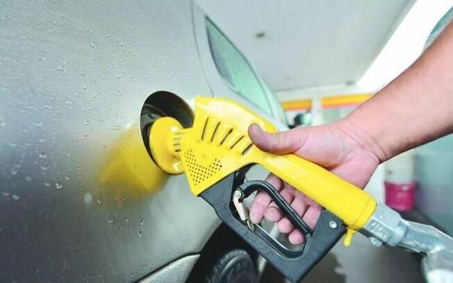 A Petrobras informou nesta quarta-feira (19) que vai aumentar o preço médio da gasolina em suas refinarias em 3% a partir de quinta-feira (20)