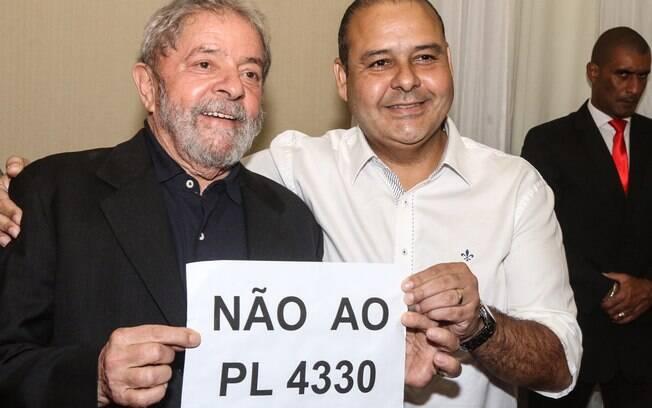 Lula ao lado do presidente nacional da CUT, Vagner de Freitas: luta para evitar mudanças