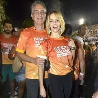 A atriz foi ao desfile acompanhada de seu marido, Eduardo Menga