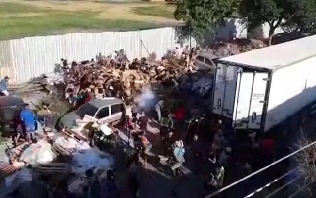Caminhão foi saqueado na comunidade da Penha, no Rio de Janeiro