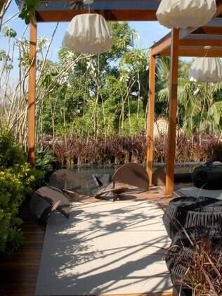 Em áreas externas, opte por tapetes sem pelo. Projeto do paisagista Luis Carlos Orsini
