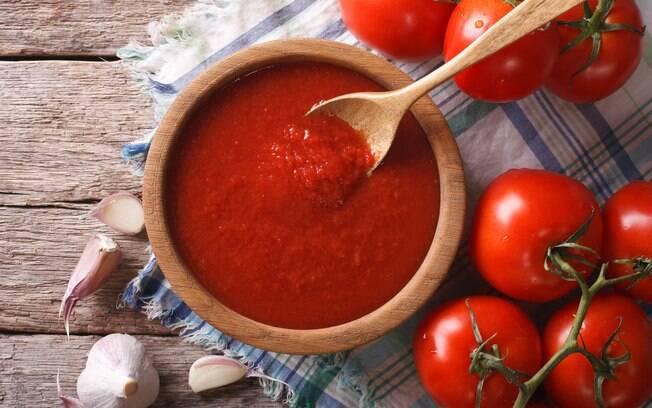 O molho de tomate é rico em nutrientes que fazem bem à saúde e até ajudam a manter a boa forma e acabar com o inchaço