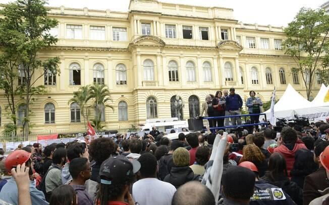 Professores ficaram concentrados em frente à sede da Secretaria da Educação (região central), onde aconteceu a reunião