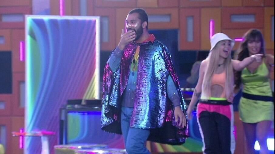 Gilberto na festa com tema arco-íris