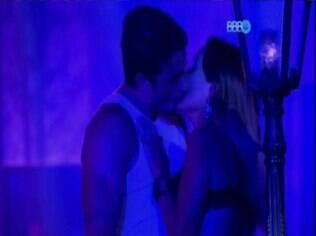 Festa Cats é marcada por beijo entre Letícia e Junior