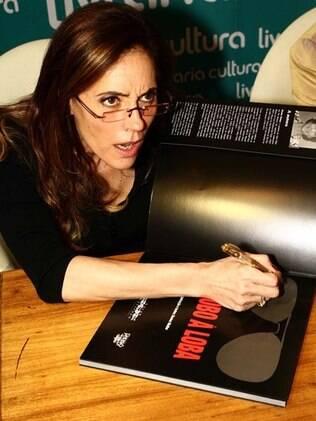 Christiane Torloni na noite de autógrafos do lançamento do livro, Do Lobo à Loba – Uma Homenagem ao Teatro