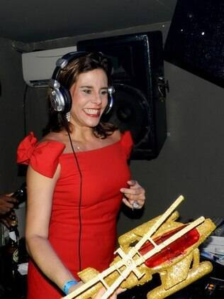 Narcisa Tamborindeguy atacou de DJ em Salvador e distribui helicópteros de brinquedo para seus fãs