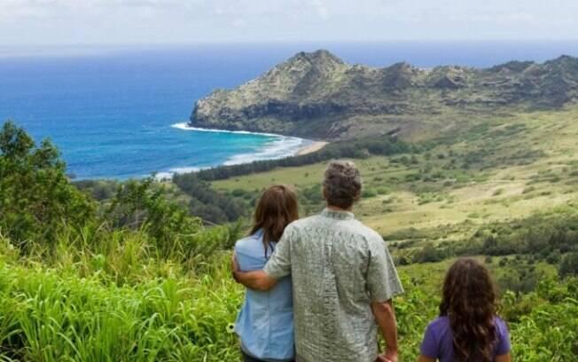A ilha de Kauai tem belas paisagens de montanhas verdejantes e  mar azul