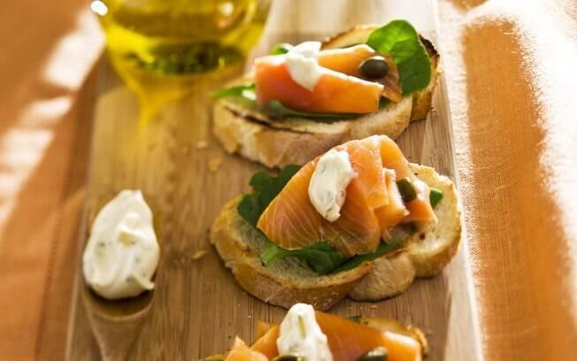 Foto da receita Bruschetta de salmão defumado pronta.