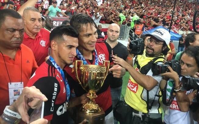 Autor de um dos gols, Guerrero comemora título pelo Flamengo
