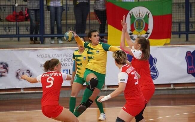 Fernanda Caporal é atleta de handebol com surdez, mas só precisou de algumas adaptações no esporte para jogar