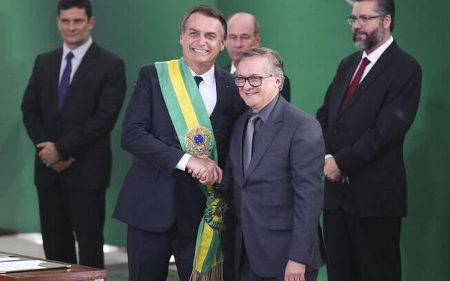 Jair Bolsonaro deve decidir sobre a demissão ou não de Ricardo Vélez Rodríguez no início da semana