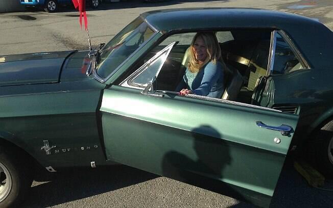Lynda volta a sentar no banco do motorista do Mustang