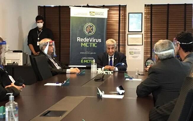 Ministro esteve no CNPEM, em Campinas (SP), para acompanhar os avanços na pesquisa do coquetel