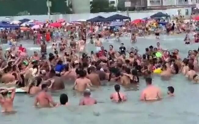 Bolsonaro nadou em direção a banhistas e promoveu aglomeração em praia