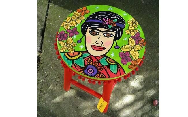 Banqueta Frida, de madeira pintada à mão com tinta acrílica, com aplicação de pompom de tecido, R$ 148, na Ju Amora