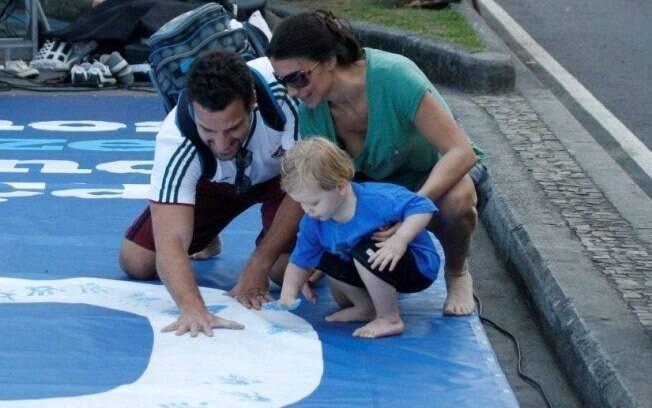 Carlos Bonow e Conrado deixam a marca de suas mãos em bandeira de ação social