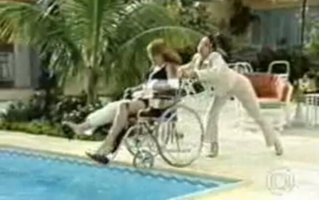 Eduarda (Gabriela Duarte) joga Laura (Vivianne Pasmanter) na piscina em