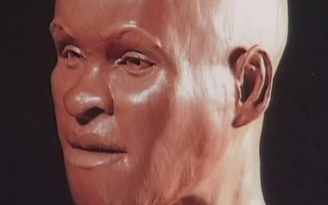 Primeira reconstrução do crânio de Luzia foi feita na década de 1990 pelo especialista britânico Richard Neave