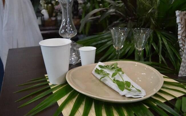 É possível fazer a mesa da festa de casamento gerar menos lixo: louça antiga, folhagens e descartáveis biodegradáveis são opções