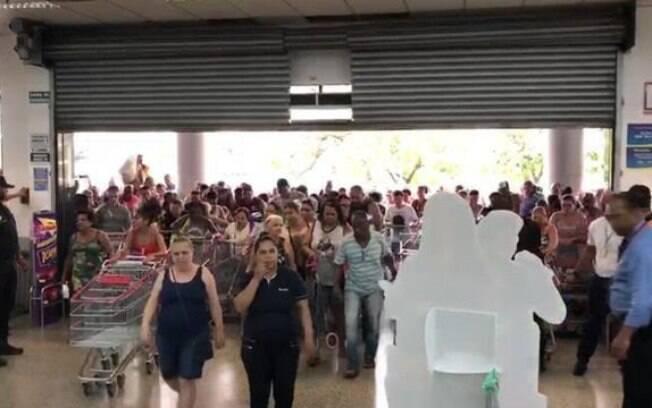 Consumidores no primeiro fim de semana de promoção no Supermercado Guanabara