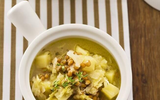 Foto da receita Sopa de trigo em grão com batata e repolho pronta.