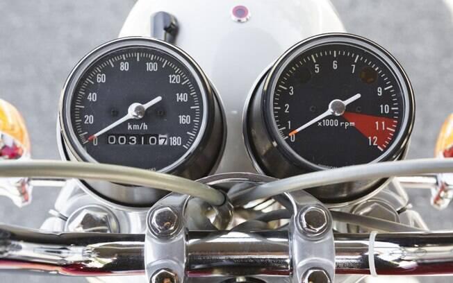Relógios padrão na linha CB, que ficaram inclinados na última versão da CB 350