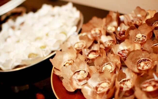 Val recebeu os convidados com um jantar japonês seguido de uma mesa de doces e bolos