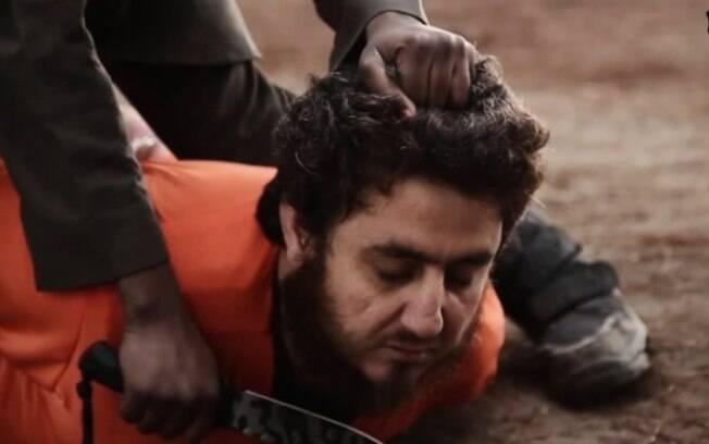 Após declarar ódio aos Estados Unidos, garoto de cerca de 10 anos corta a cabeça do rebelde